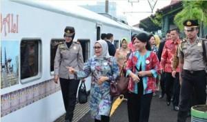 First Lady Ibu Iriana Joko Widodo, accompanied by Vice President's spouse, Ibu Mufidah Jusuf Kalla, head to Cirebon, West Java, by train, on Monday (24/10) morning to conduct an observation