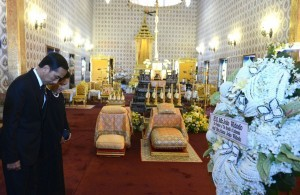 President Jokowi and First Lady Ibu Iriana pay their last respects to the late King Bhumibol Adulyadej, at the Grand Palace, Bangkok, Thailand, on Tuesday (25/10) afternoon (Picture: KRIS/Secretariat of the President)