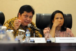 """Minister of IndustryAirlanggaHartanto together with Minister of State Owned Enterprises RiniSoemarno, in a Press Briefing """"2 Years of Jokowi-JK Administration"""", at the BinaGraha Building, Jakarta, Tuesday afternoon (25/10). (Picture: Public Relations Office/Rahmat)"""