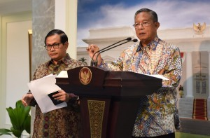 Coordinating Minister for the Economy Darmin Nasution gives a statement after a limited meeting, on Wednesday (26/10) (Picture: Public Relations Office/Jay)