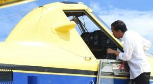 Presiden Jokowi melihat ke dalam pesawat Air Tractor yang akan mendistribusikan BBM ke Papua, di Yahukimo, Papua, Selasa (18/10) siang. (Foto: Rusman/Setpres)
