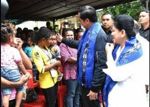 Presiden Jokowi didampingi Ibu Negara Iriana menyapa seorang bocah saat berkunjung ke SD Bonaventura, di Sentani, Jayapura, Papua, Senin (17/10). (Foto: Rusman/Setpres)