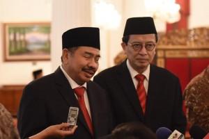 Kepala PPATK K.A. Badaruddin dan wakilnya Dian Ediana Rae menjawab wartawam usai pelantikan keduanya, di Istana Negara, Jakarta, Rabu (26/10) pagi. (Foto: Deny S/Humas)