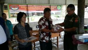 Kepala Kanhan Kaltim Brigjen Rukman Ahmad menyerahkan bantuan kepada perwakilan warga di Kecamatan Long Apari dan Long Pahangai Kabupaten Mahakam Ulu, Kaltim, Kamis – Jumat (27-28/10) lalu.