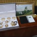 Inilah barang-barang pemberian pengusaha asal Rusia yang diserahkan Presiden Jokowi kepada KPK melalui Kepala Sekretariat Presiden Darmansyah Djumala, di gedung KPK, Jumat (28/10)