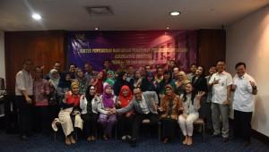 Deputi Bidang  Administrasi Seskab Farid Utomo bersama para peserta Bimtek Teknik Penyusunan Perundang-Undangan , di Hotel Sari Pan Pasific, Jakarta, Senin (24/10) pagi. (Foto: Deny S/Humas)