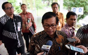 Seskab menjawab pertanyaan wartawan di Kantor Presiden, Jakarta (5/10)