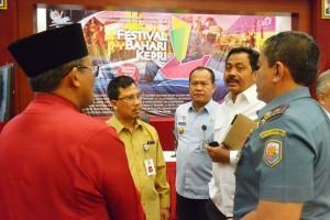 Gubernur Kepri Nurdin Basirun berbincang dengan pejabat Pemprov Kepri sebelum rapat terakhir persiapan Festival Bahari Kepri 2016, di Tanjungpinang, Selasa (18/10) pagi