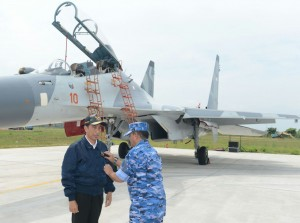 Presiden usai turun dari pesawat disematkan Wing Kehormatan oleh Kepala Staf Angkatan Udara di Bandar Udara Rinai, Natuna, Kepulauan Riau (6/10). (Foto: Setpres/BPMI)