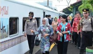 Ibu Negara Iriana Joko Widodo didampingi Istri Wakil Presiden, Ibu Mufidah Jusuf Kalla, dengan menggunakan kereta melakukan peninjauan ke Kota Cirebon, Jabar, Senin (24/10) pagi.