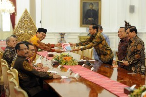 Chairman of the Supreme Audit Agency (BPK) Harry Azhar Azis submits financial audit report to President Jokowi on Wednesday (5/10), at the Merdeka Palace, Jakarta