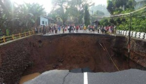 Jembatan Ciputra Pinggan di Kabupaten Pangandaran, yang putus akibat banjir Minggu (9/10) malam