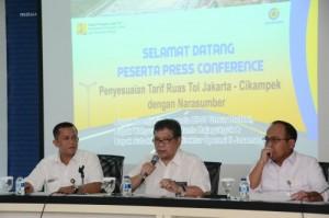 Anggota BPJT Koentjahjo mengumumkan kenaikan tarif tol ruas Jakarta - CIkampek, di Jakarta, Senin (17/10)