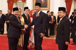 Presiden Jokowi didampingi Wakil Presiden Jusuf Kalla memberikan ucapan selamat kepada K.A. Badaruddin yang baru dilanriknya sebagai Kepala PPATK 2016-2021, di Istana Negara, Jakarta, Rabu (26/10) pagi. (Foto: Deny S/Humas)