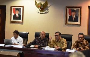 Menko Kemaritiman Luhut B. Pandjaitan memberikan penjelasan kepada media mengenai Capaian 2 Tahun Pemerintahan Jokowi-JK, di Bina Graha, Jakarta, Jumat (21/10)