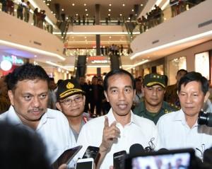Presiden Jokowi memberi keterangan pers saat mengunjungi Manado Town Square (18/10). (Foto:BPMI/Rusman)