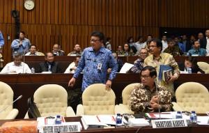 Mendagri Tjahjo Kumolo, Seskab Pramono Anung dan Menteri PPN Sofyan Djalil mengikuti RDP dengan Komisi II DPR, di Jakarta, Senin (9/10) siang. (Foto: JAY/Humas)