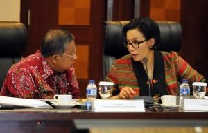 "Menkeu Sri Mulyani berdialog dengan Menko Perekonomian Darmin Nasution, saat acara Press Briefing ""2 Tahun Kerja Nyata Pemerintahan Jokowi-JK"", di Bina Graha, Jakarta, Selasa (25/10) siang. (Foto: Rahmad/Humas)"