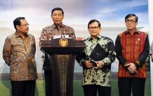 Menko Polhukam Wiranto memberikan keterangan pers terkait Saber Pungli di Kantor Presiden, Jakarta, Jumat (21/10) sore. (Foto: Humas/Nia)
