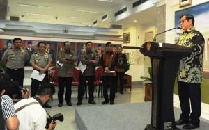 Seskab memberikan keterangan pers terkait Saber Pungli di Kantor Presiden, Jakarta, Jumat (21/10) sore. (Foto: Humas/Nia)