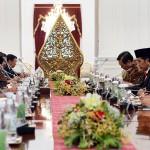 Presiden Jokowi didampingi Wakil Presiden Jusuf Kalla dan sejumlah menteri bertemu dengan pimpinan lembaga negara, di Istana Merdeka, Jakarta, Rabu (26/10) siang. (Foto: Agung/Humas)