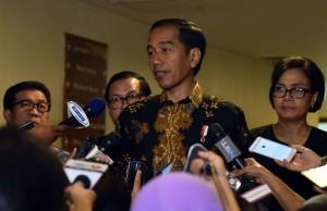 Presiden Jokowi didampingi Menkeu, Seskab, dan Ketua OJK menjawab wartawan soal rencana aksi demo 4 November, di JCC Jakarta, Senin (31/10) pagi. (JAY/Humas)