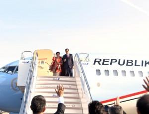 Presiden Joko Widodo dan Ibu Negara Iriana meninggalkan tanah air dengan menggunakan pesawat kepresidenan. (Foto: Humas/Dhany)