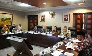 Menko PMK Puan Maharani saat menyampaikan paparan pada press briefing 2 Tahun Pemerintahan Jokowi - JK, di Bina Graha, Jakarta, Senin (20/10) pagi. (Foto: JAY/Humas)