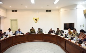 President Jokowi accompanied by Vice President JK while presiding over a Limited Meeting at the Presidential Office, Jakarta, Wednesday (5/10) afternoon.