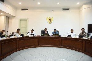 Presiden Jokowi didampingi Wapres Jusuf Kalla memimpin rapat terbatas membahas harga gas untuk industri, di Kantor Presiden, Jakarta, Selasa (4/10) siang. (Foto: JAY/Humas)