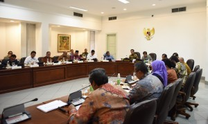 President Jokowi leads a limited cabinet meeting on effectiveness of education and health spending in the State Budget at the Presidential Office, Jakarta (5/10)