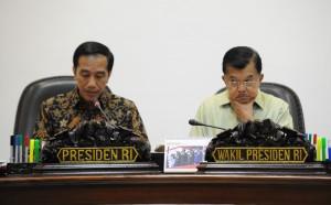 Presiden Jokowi didampingi Wakil Presiden Jusuf Kalla memimpin rapat terbatas mengenai Reformasi Hukum, di kantor Presiden, Jakarta, Selasa (11/10) sore. (Foto: JAY/Humas)
