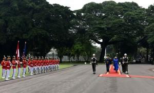 Dubes yang akan menyerahkan surat kepercayaan disambut dengan pasukan kehormatan di halaman Istana Kepresidenan, Jakarta, Selasa (4/10) pagi. (Foto: JAY/Humas)