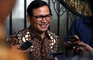 Cabinet Secretary Pramono Anung gives explanation to the journalists after a Limited Meeting on gas price for industry, at the Presidential Office, Jakarta, on Tuesday (4/10) afternoon