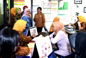 Ibu Negara Iriana didampingi Ibu Hj. Mufidah Kalla menyaksikan konsultasi pemeriksaan IVA, di PT. Ecco Indonesia, Sidoarjo, Jatim, Kamis (27/10) pagi