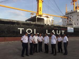 Menteri Perhubungan Budi K Samadi bersama stafnya saat meluncurkan Kapal KM Caraka Jaya Niaga III sebagai kapal tol laut logistik, di Tanjung Priok, Jakarta, Selasa (25/10) siang