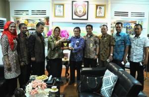 Asdep Humas dan Protokol Alfurkon Setiawan diterima oleh Sekda Provinsi GorontaloProf. Dr. Winarni Monoarfa, di ruang kerjanya Kantor Gubernur Gorontalo, Jumat (21/10) pagi.