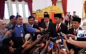 Presiden Jokowi menjawab pertanyaan para wartawan usai pelantikan Menteri dan Wamen ESDM, Jumat (14/10). (Foto: Humas/Jay)