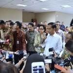 Presiden Jokowi memberikan keterangan kepada para jurnalis usai sidak pelayanan tax amnesty, di Kantor Pusat Ditjen Pajak, Jakarta, Jumat (30/9) malam. (Foto: BPMI/Laily)