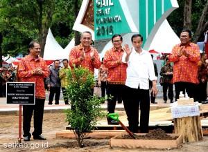 Presiden Jokowi dan para menteri menyapa warga yang hadir di lokasi Sail Selat Karimata 2016, Sabtu (15/10). (Foto: Humas/Rahmat)