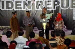 Presiden Jokowi memberi sertifikat kepada warga Surakarta, Jawa Tengah, Minggu (16/10)