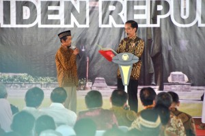 Presiden Joko Widodo dalam acara Penyerahan Sertifikat Tanah Program Strategis Tahun 2016 di Surakarta, Minggu (16/10). (Foto: Humas/Fitri)
