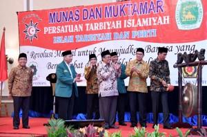 """menghadiri pembukaan Musyawarah Nasional dan Muktamar Persatuan Tarbiyah Islamiyah (Perti) """"Islah Tarbiyah - Perti"""" Tahun 2016, di Hotel Menara Peninsula, Jakarta, Jumat (21/10) malam."""
