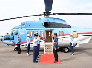 Presiden sebelum keberangkatan ke Banten di Bandara Atang Sandjaja, Bogor, Sabtu (22/10) siang. (Foto: BPMI/Laily)