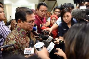 Seskab Pramono Anung menjawab pertanyaan para jurnalis, Rabu (26/10) malam. (Foto: Humas/Jay)