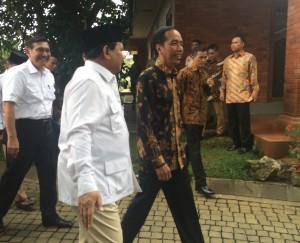 Presiden Jokowi disambut Prabowo Subianto saat tiba di kediaman Ketua Umum Partai Gerindra itu, di Padepokan Garuda Yaksa, Desa Bojong Koneng, Hambalang, Bogor, Jawa Barat, Senin (31/10) siang. (Foto: Humas/Nia)