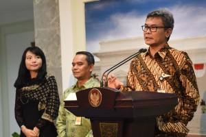 Staf Khusus Presiden Bidang Komunikasi Johan Budi SP memberi keterangan pers, Rabu (12/10). (Foto: Humas/Oji)
