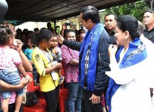 Presiden Jokowi dan Ibu Negara menyapa warga yang hadir, Senin (17/10). (Foto: BPMI Setpres/Rusman)