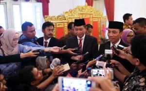 Usai pelantikan, Menteri dan Wakil Menteri ESDM menjawab pertanyaan para jurnalis, Jumat (14/10). (Foto: Humas/Jay)