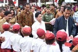 Presiden dan Ibu Negara disambut warga setempat di Pulau Miangas, Rabu (19/10)